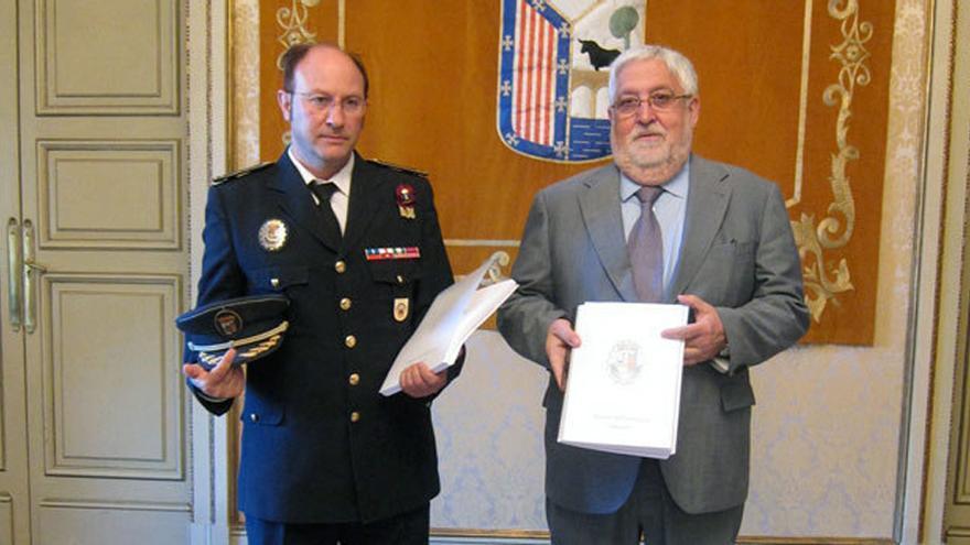 José Manuel Fernández (izquierda), junto al anterior concejal de Policía de Salamanca. Foto: tribunasalamanca.com