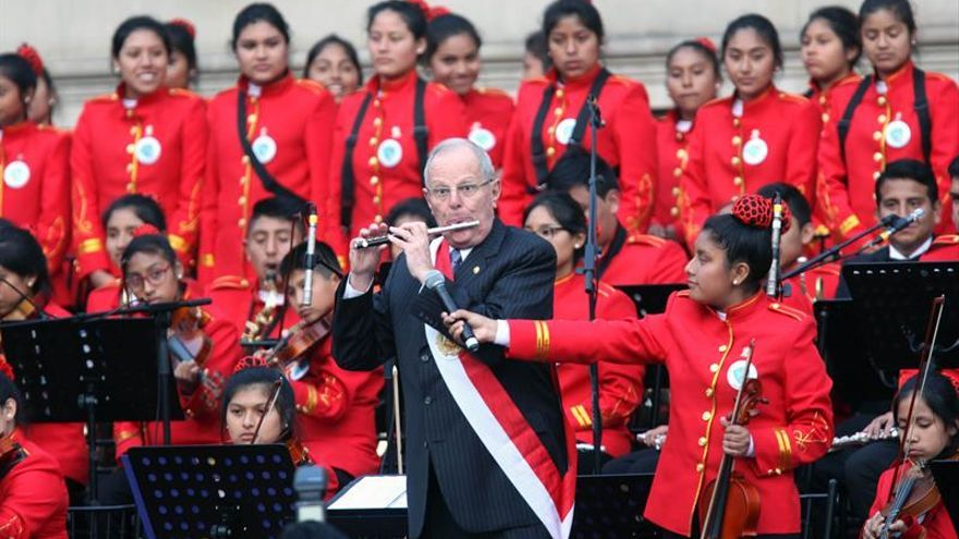 Kuczynski tocó la flauta con una orquesta infantil tras el juramento de su gabinete