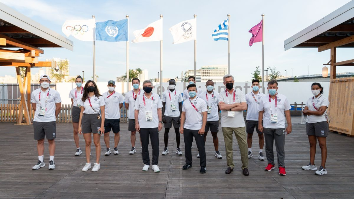 Filippo Grandi, Alto Comisario de Acnur, y Thomas Bach, presidente del COI, con algunos de los miembros del Equipo de Atletas Refugiados.