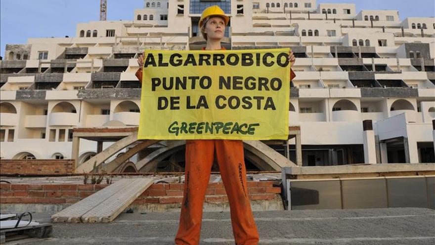 Greenpeace pinta de negro el hotel El Algarrobico