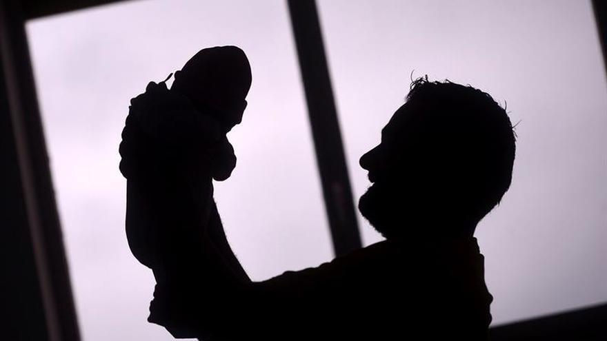 El permiso de paternidad duplicará su duración a partir de mañana