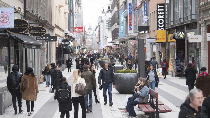 Una imagen de la popular calle peatonal de Drottninggatan en Estocolmo el 1 de abril.