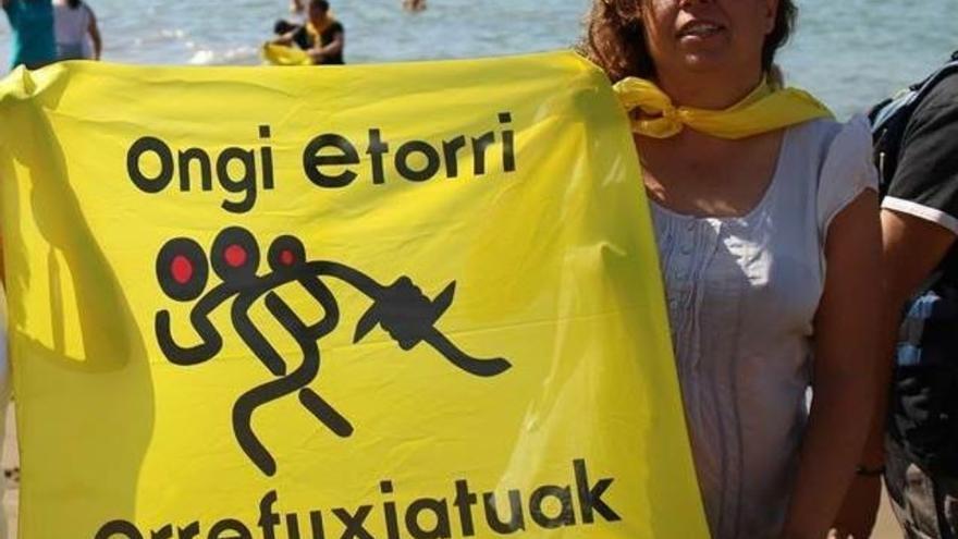 La pregonera de la Aste Nagusia 2017, Nati Ovelleiro, en una de las acciones de Ongi Etorri Errefuxiatuak,