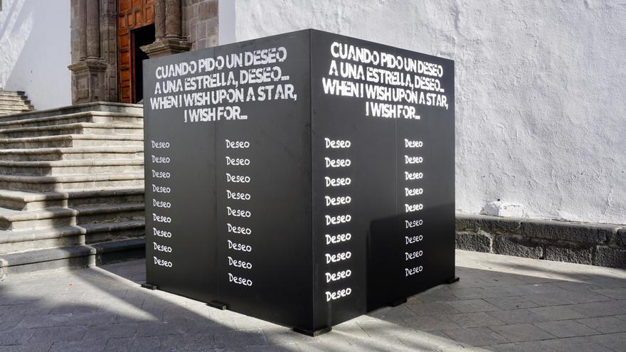 En la imagen, la pizarra con forma de cubo, instalada en la Plaza de España, que animará a los participantes a completar el espacio en blanco 'Cuando pido un deseo a una estrella, deseo...'