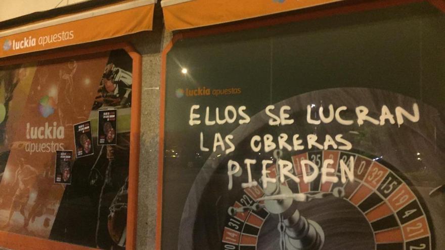 Una pintada en una casa de apuestas de Getafe, Madrid, este viernes