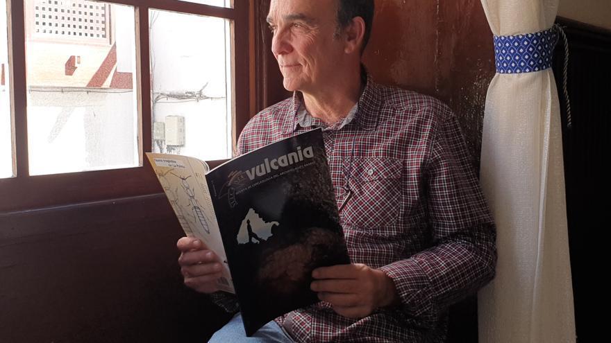 Rafael García Becerra con el último ejemplar de la revista 'Vulcania'.