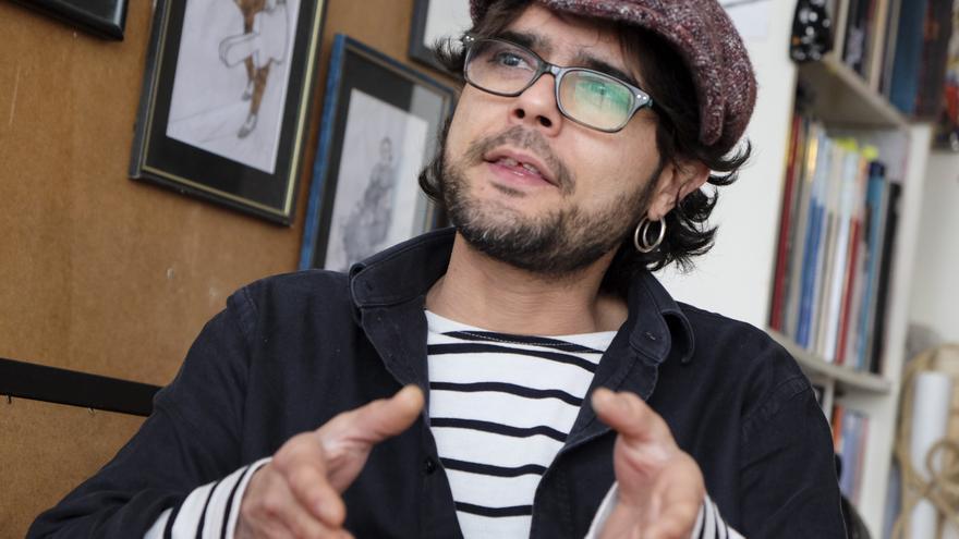 El artista Santos de Veracruz en su taller de trabajo. | JOAQUÍN GÓMEZ SASTRE