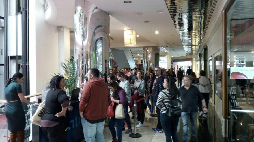 Colas para adquirir las entradas en el Centro Comercial 3 de Mayo de Santa Cruz