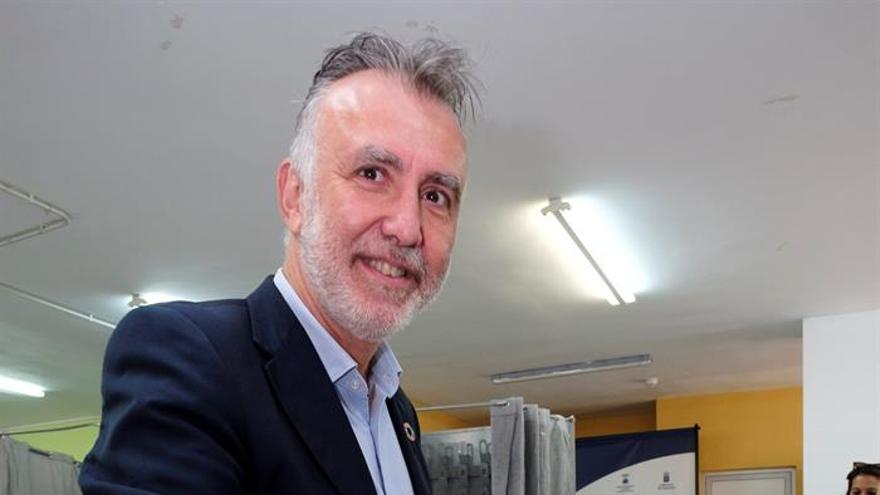 El presidente de Canarias, Ángel Víctor Torres, en el colegio electoral de su municipio de residencia, Arucas (Gran Canaria).