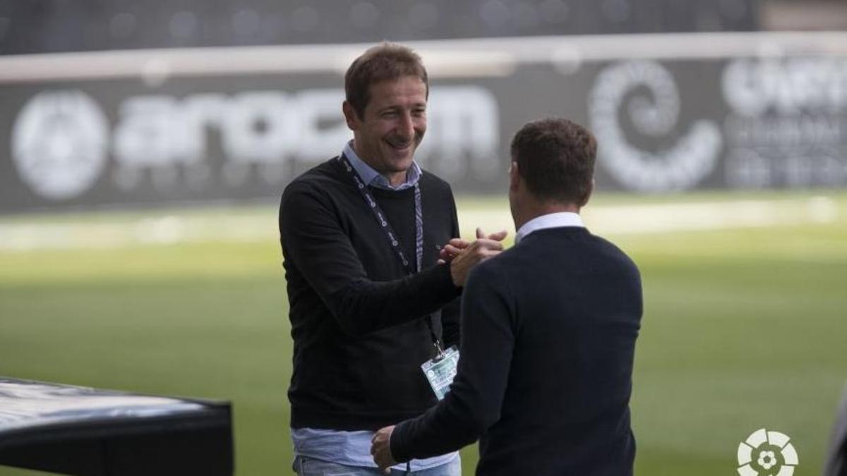 Luis Miguel Ramis saluda al técnico rival