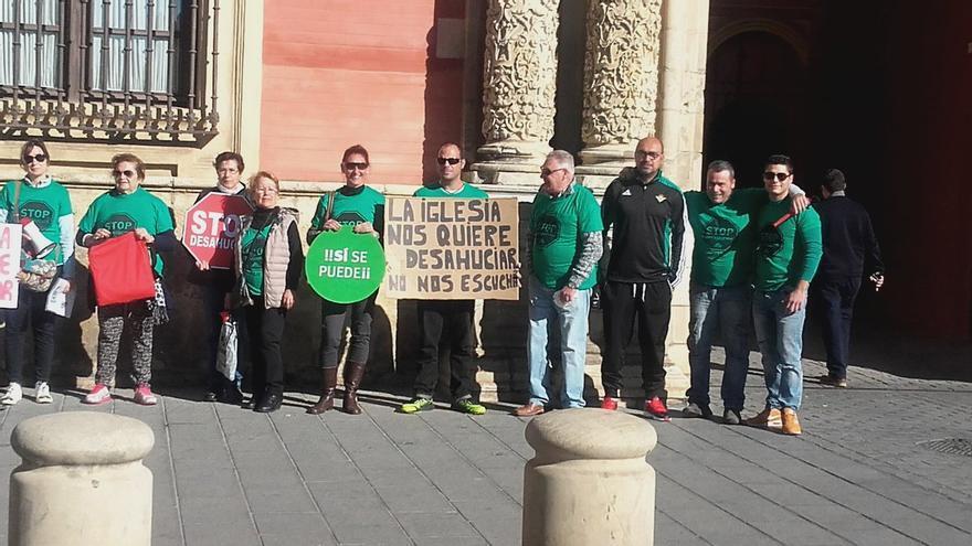 Imagen de la concentración este jueves a las puertas del Arzobispado de Sevilla @Pahcoria