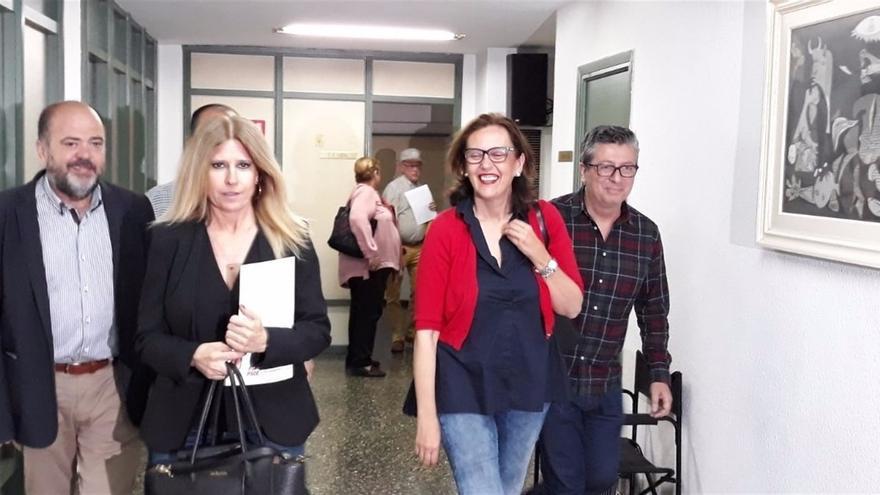 La socialista Eva Montesinos (segunda por la izquierda)