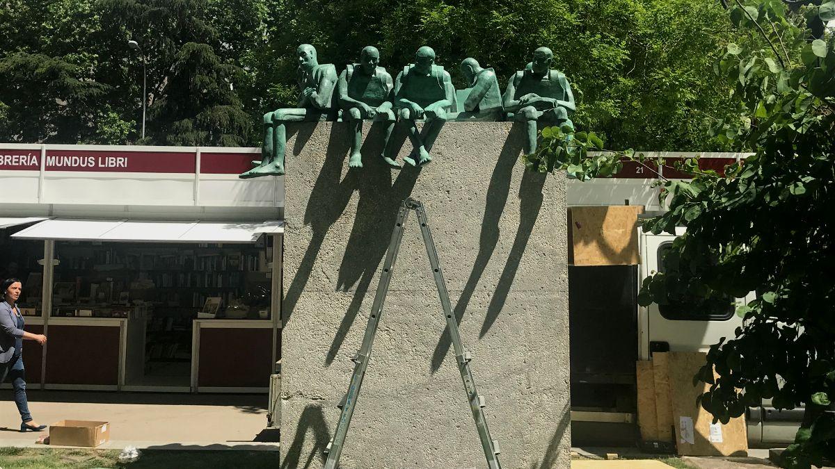 Instalación de la escultura 'Refugiados'   SOMOS CHUECA