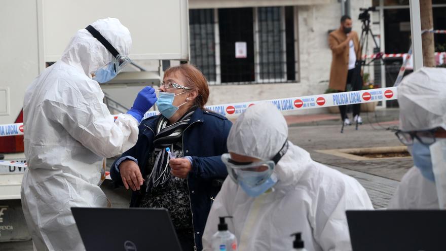 Archivo - Sanitarios de la Junta de Andalucía, haciendo los test rápidos de antígenos PCR