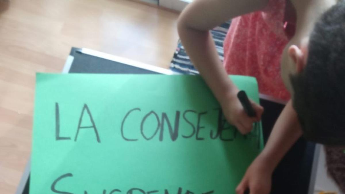 Pancartas exigiendo un servicio de comedor en el CEIP Las Mercedes.