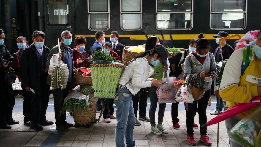 Viajeros esperando a que se les examine su código de salud en una estación de tren en Tongzi, Guizhou, China © cnsphoto via REUTERS