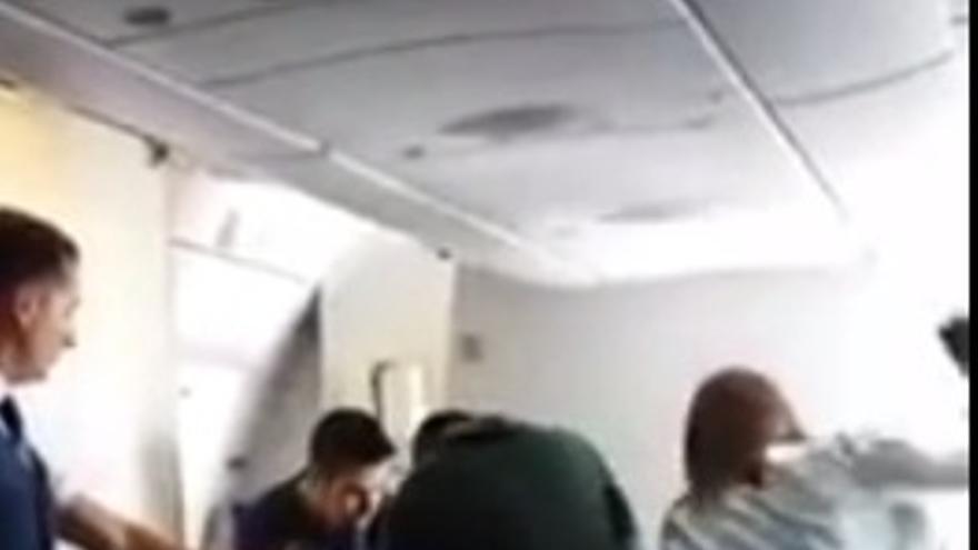 La policía golpea a un inmigrante en su vuelo de deportación/ Captura de un vídeo difundido por Stop Deportación