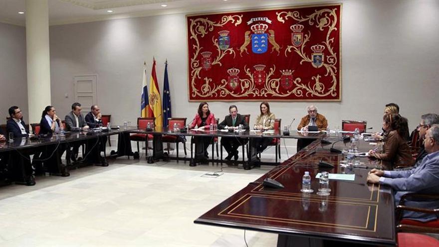 Vista de la primera reunión de la comisión que ha constituido el Parlamento canario para que estudie la reforma del sistema electoral vigente del Archipielago