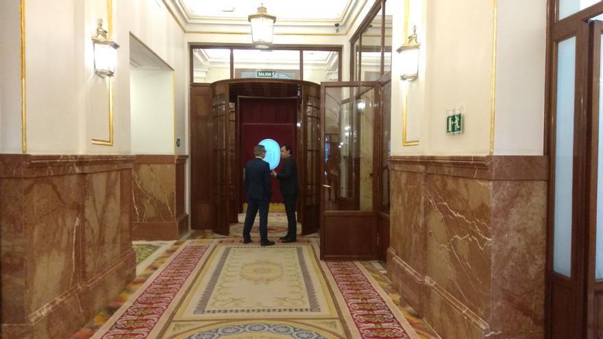El portavoz de Ciudadanos, José Manuel Villegas, y el coordinador general del PP, Fernando Martínez-Maillo, en los pasillos del Congreso.