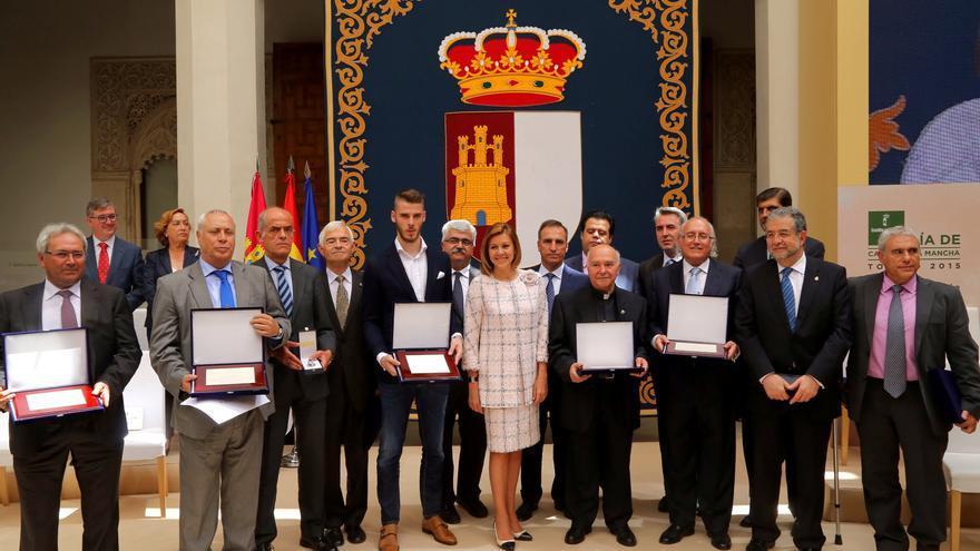 Cospedal con los 14 hombres que recibieron premio individualmente o en nombre de una organización. Foto: Gobierno Castilla La Mancha