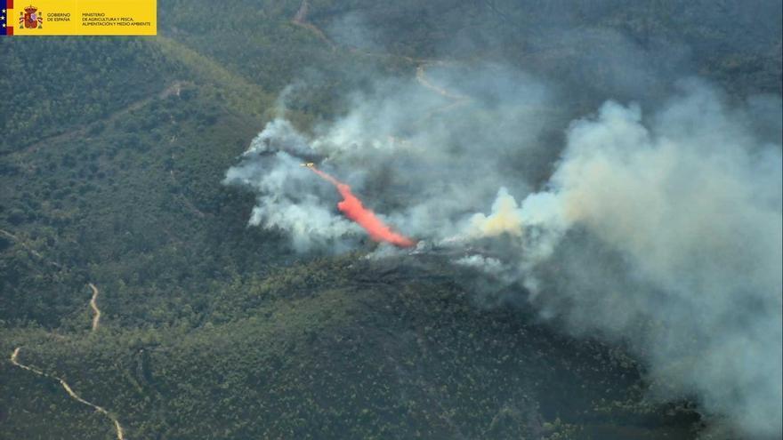 Movilizadas 15 aeronaves y 106 efectivos para el nuevo incendio de la Sierra