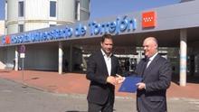 El alcalde de Torrejón, Ignacio Vázquez, con el director general de Ribera Salud, Alberto de Rosa.
