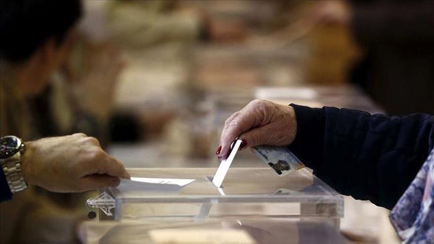 Primeros votantes forman una mesa en Ibiza por la ausencia de todos sus miembros