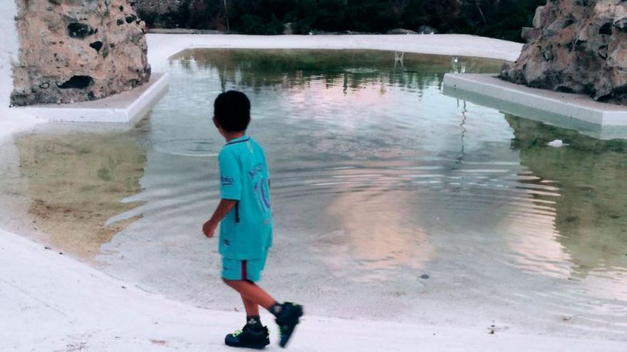 David pasea junto a una fuente.