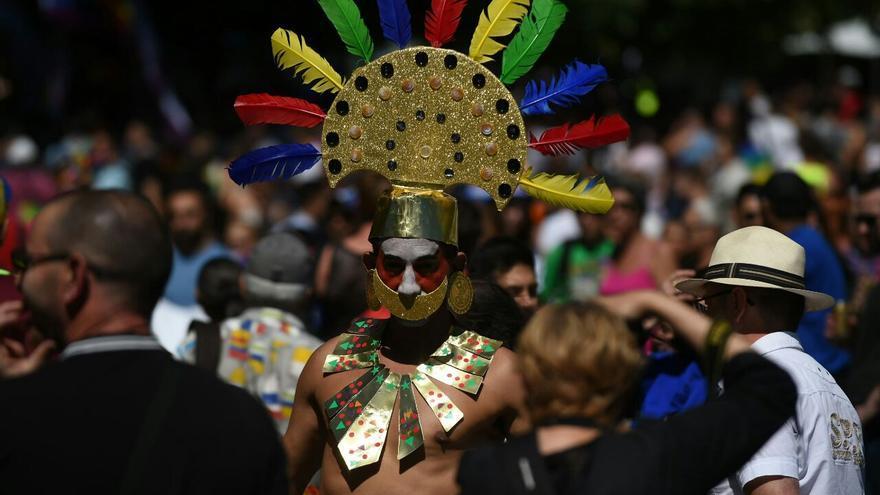 Un hombre vestido como si estuviera en un ritual indígena americano