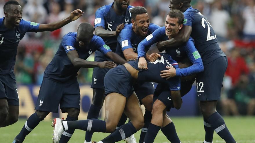 Los jugadores franceses celebran su victoria sobre Croacia en la victoria del Mundial de fútbol.