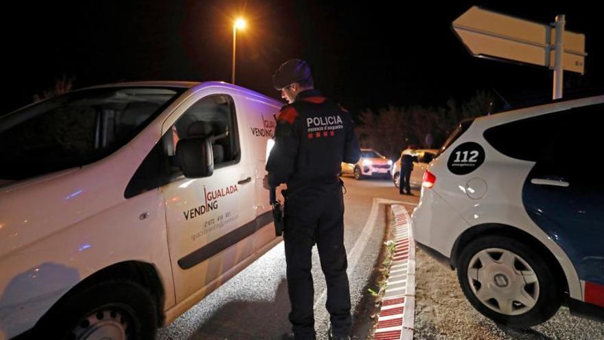 Los Mossos controlan los accesos a los municipios catalanes confinados por el virus
