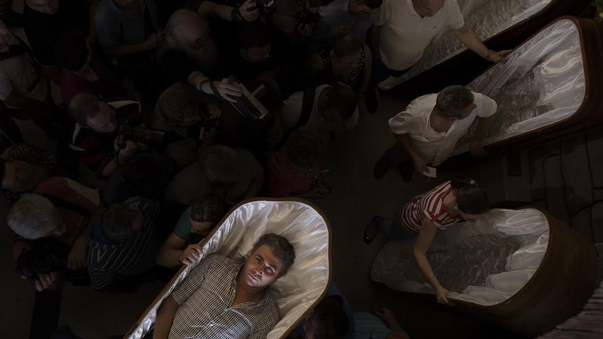 Procesión de Santa Marta de Ribarteme. Aquellos que han sido salvados de la muerte por la santa, salen en procesión dentro de sus propios ataúdes vestidos con sus mortajas. Portados por sus familiares, que dan las gracias por llevar a un vivo y no a un muerto. Pontevedra (Galicia). 29/07/2015. | FOTO: JAVO DÍAZ VILLAN
