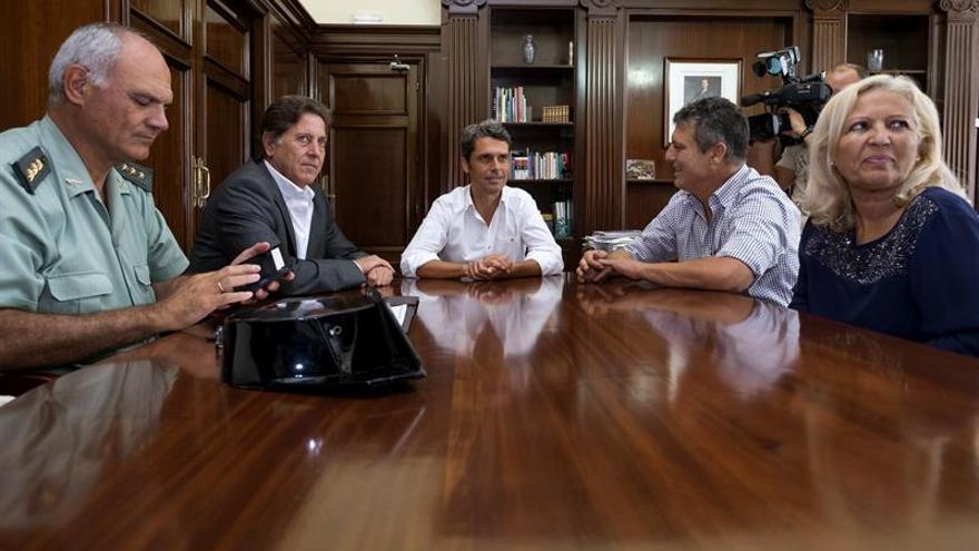 El delegado del Gobierno en Canarias, Enrique Hernández Bento (c); el subdelegado de Las Palmas, Luis Molina (2i), y el jefe de la Guardia Civil en la provincia de Las Palmas, el coronel Ricardo Arranz (i), durante la reunión que han mantenido con el alcalde de Tuineje (Fuerteventura), Salvador Delgado (2d), y con la concejala de Seguridad y Orden Público, Pilar Rodríguez (d)