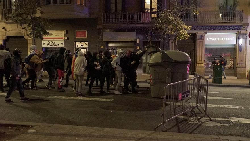 Los CDR arrastran contenedores en la cuarta jornada de protestas en Barcelona.