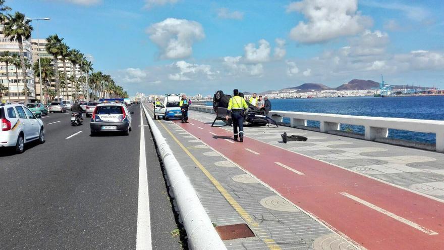 Un coche vuelca en el carril bici de la Avenida Marítima de Las Palmas de Gran Canaria
