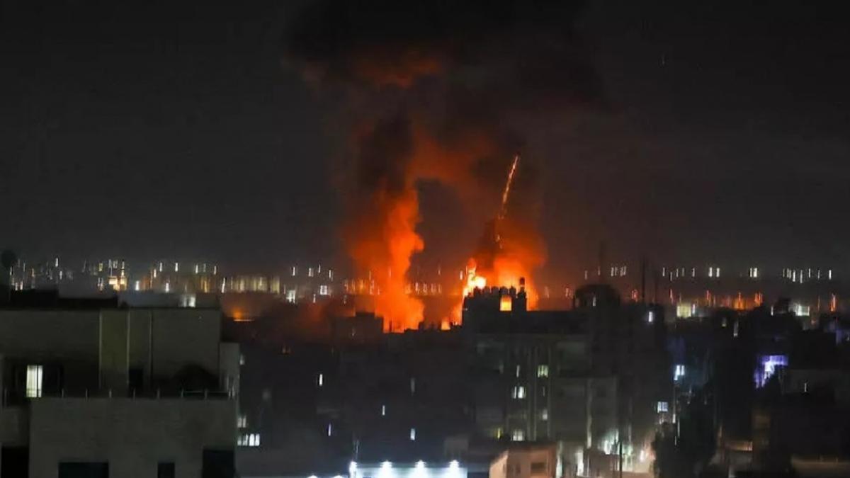Aviones de combate israelíes atacaron posiciones de Hamas en la Franja de Gaza, en respuesta a un ataque con globos incendiarios.