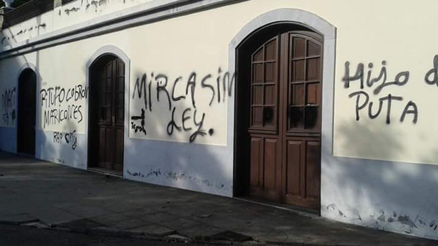 En la imagen, pintadas en un inmueble del barrio de Mira.