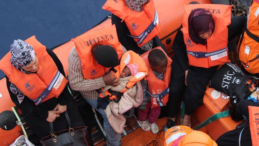 Personas rescatadas a bordo del buque Vos Hestia como parte de la búsqueda y rescate en 2017. | Foto: Simona Sikimioc/ Save the Children