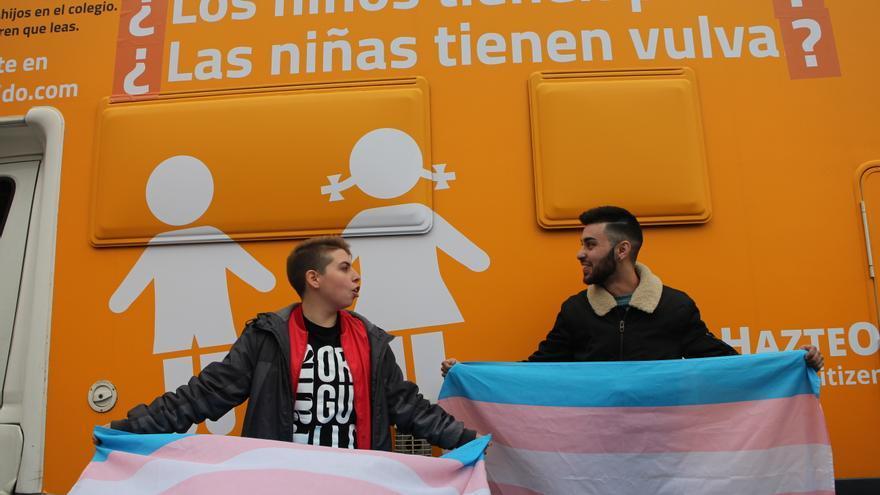 Rubén (i) y Aitor (d) protestan junto a la campaña de HazteOir / R.R.