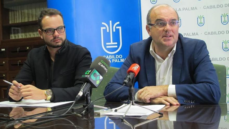 El presidente del Cabildo (derecha) y el consejero insular de Empleo, este martes, durante la presentación del  nuevo Plan de Empleo.