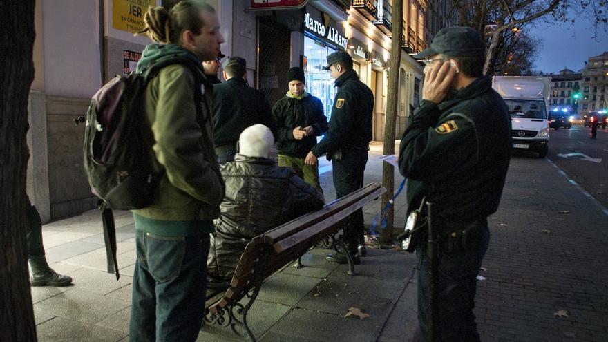 A las 18.30h la policía comienza a desalojar la calle Génova, pidiendo el DNI a los que se resisten a abandonar la via pública / Álvaro Minguito