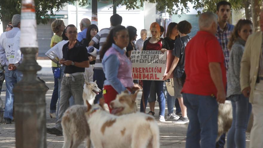 Protesta de animalistas frente a una muestra de rehalas de perros de caza en Córdoba.