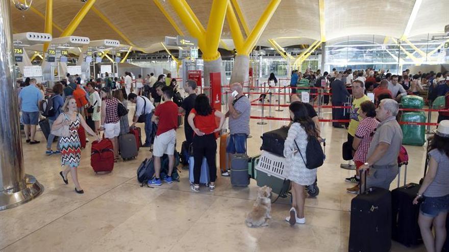 Crecen en más de 100.000 los españoles que viven fuera y son ya 2,4 millones