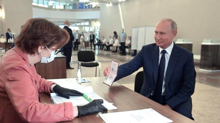 Vladimir Putin votando este miércoles en el referéndum constitucional.