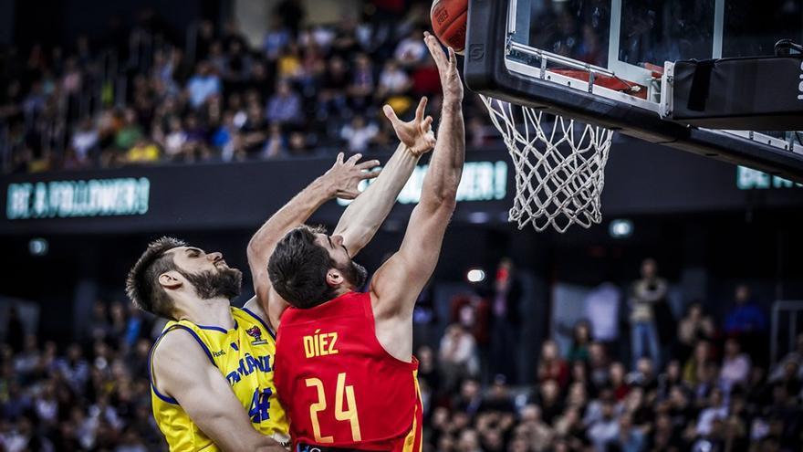 El jugador aurinegro, Dani Díez, realiza una entrada ante un jugador de la selección rumana.