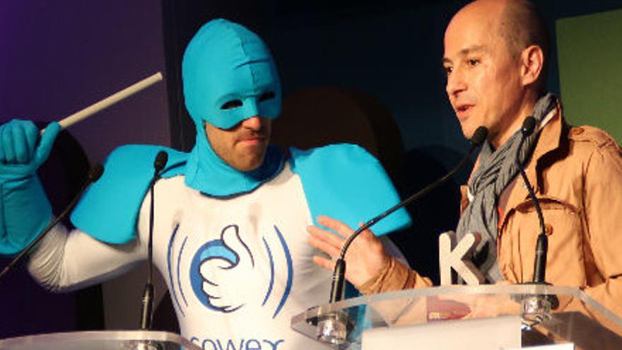 Jenaro García (a la derecha), Gowex junto a Wifiman (sic), la mascota de la compañía.