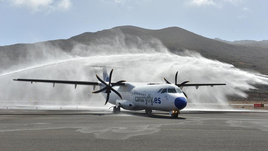 Bienvenida con agua de los bomberos de AENA al primer vuelo de Canaryfly que llega a El Hierro, este viernes
