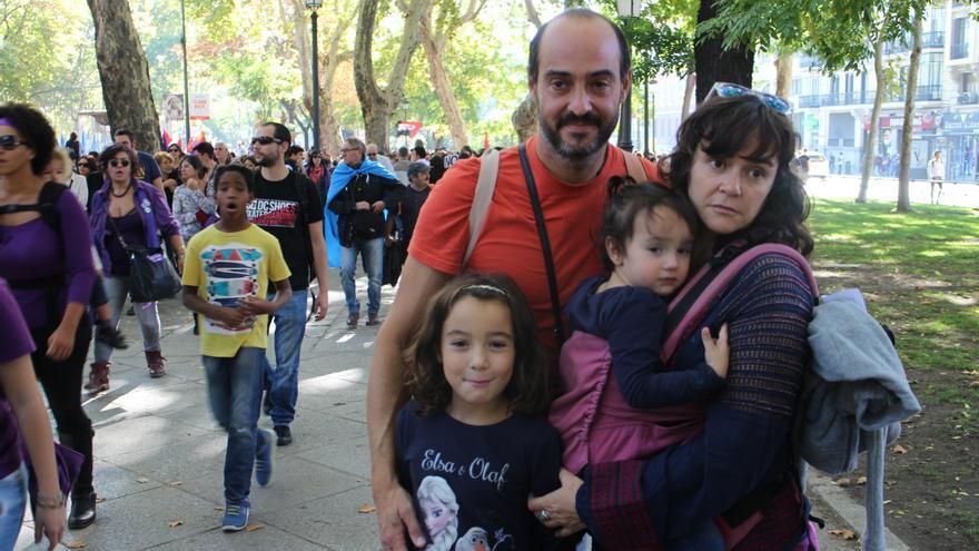 Alejandra, Bruno y sus dos hijas. Él pertenece a la asociación Si los hombres hablaran, donde luchan contra el machismo