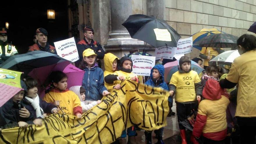 L'escola Can Montllor va portar la seva reivindicació fins les portes del Palau de la Generalitat (foto: @canmontllor)