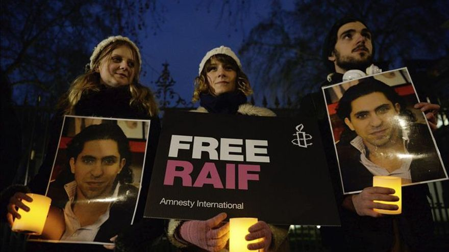 La UE pide a Arabia Saudí que libere al bloguero Badawi, en huelga de hambre